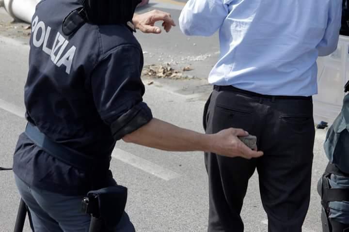 poliziotto con pietra