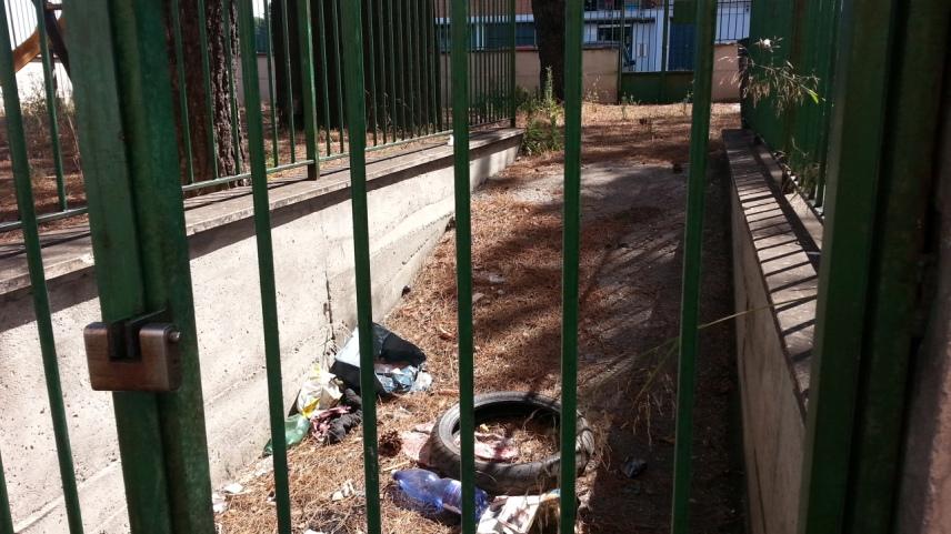 spazzatura nel parco giochi intitolato al ragazzo