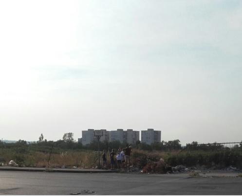 Bambini entrano nel cantiere abbandonato di via Miranda