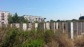 i pilastri di cemento del vecchio cantiere dove morì Francesco
