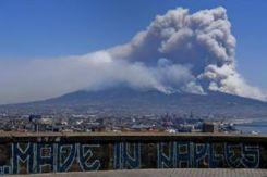 """Luglio: il Vesuvio brucia nei 15 giorni di """"guerra dei fuochi"""""""