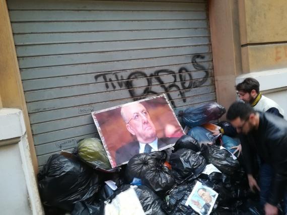 Lancio di sacchetti contro la foto del governatore
